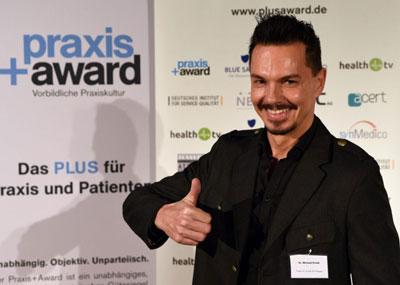 """Dr. Konik wurde die """"Praxis+Award SIEGER"""" Trophäe mit dem Titel """"Ambassador of Excellence"""" verliehen."""
